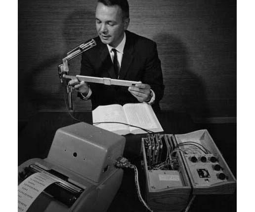 Mand snakker i mikrofon til IBM shoebox